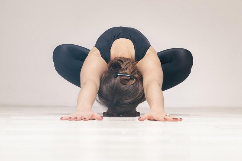 Поза гирлянды — обязательная асана для зрелых женщин. Бодрит и освежает! Избавляет от тревог и болей в спине.