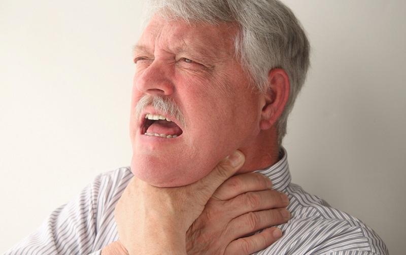 Что-то застряло в горле, а рядом нет врача? Прием Геймлиха спасет жизнь и взрослого, и ребенка.