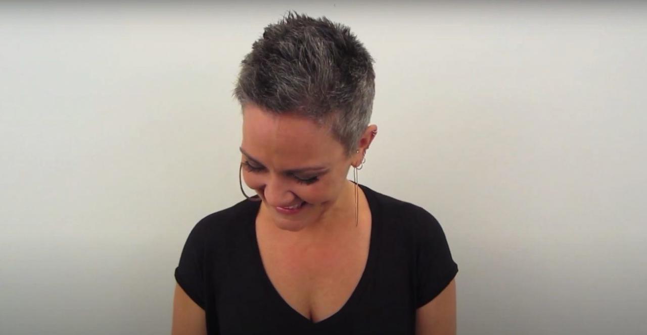 Женщина с роскошной гривой каштановых волос устала скрывать правду о своей седине. Стилист обрезал ее локоны почти под ноль. Когда клиентка увидела результат, ее глаза были полны слез