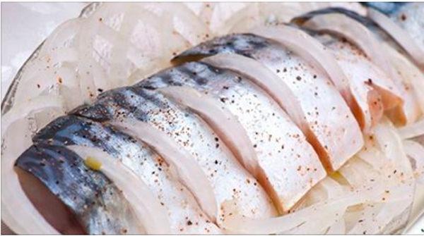 С этим рецептом вы забудете о покупной рыбке — скумбрия получается нежной и вкусной!