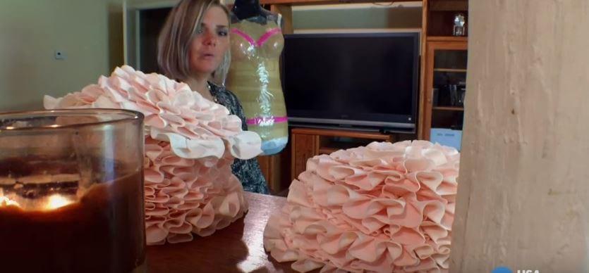 Она погружает рулон бумаги в кипящую воду, а затем делает из нее настоящие шедевры!
