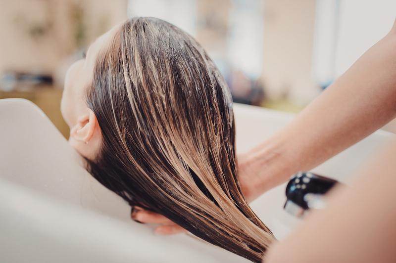 Осень наступила, посыпались волосы. Вот как эффективно справиться с сезонным выпадением