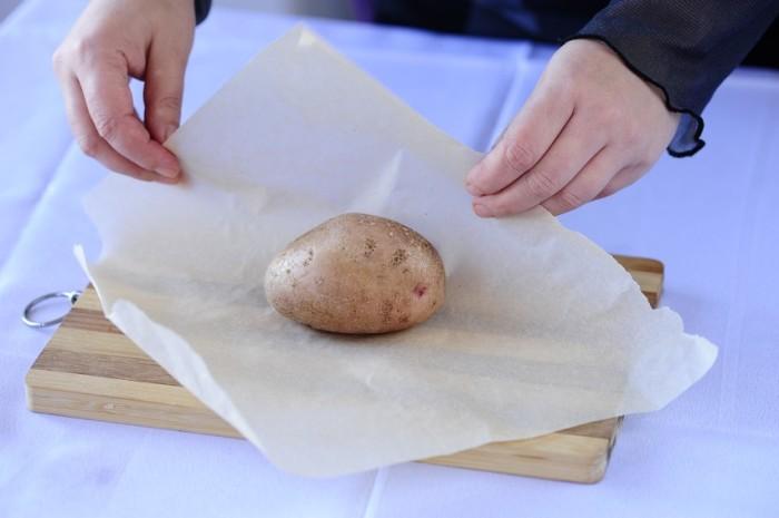 Вот зачем опытные хозяйки кладут чищенную картошку в обувь: совет, который пригодится каждому!