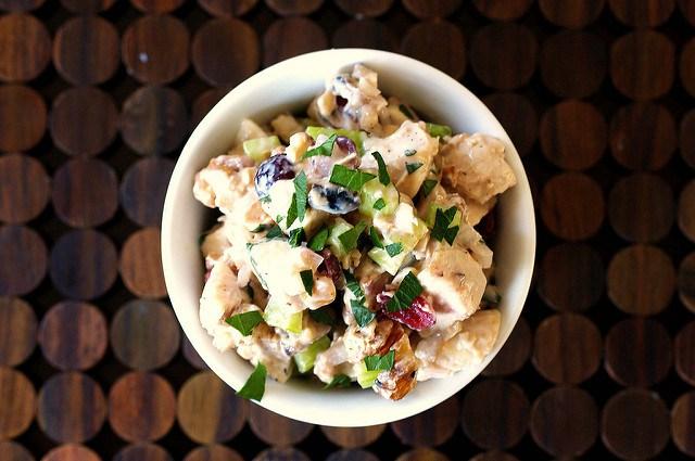 10 сытных салатов, которые можно сделать за 10 минут