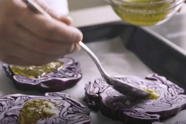 Шедевр из простых продуктов: стейки из краснокочанной капусты
